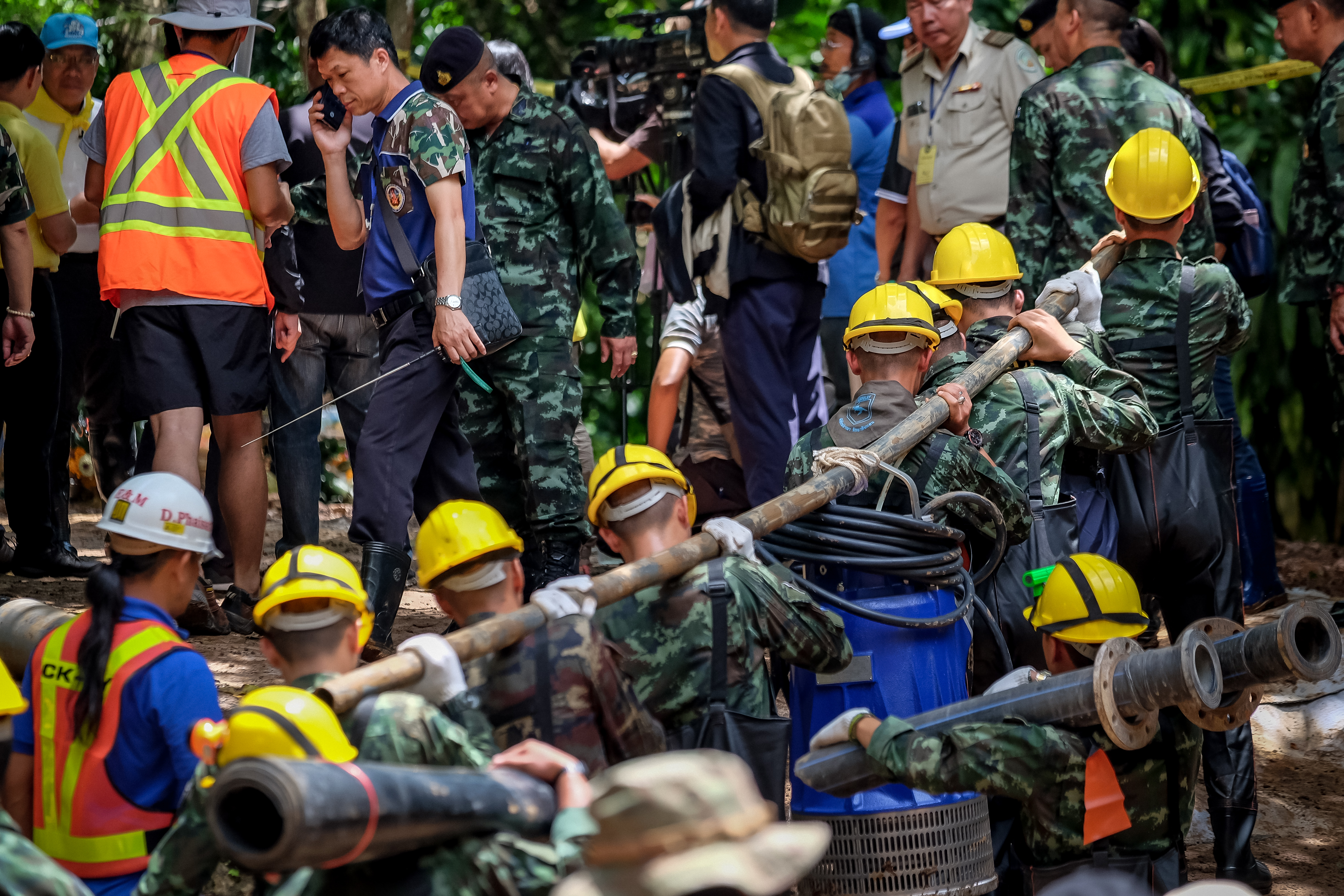 Military carry equipment into the Tham Luang Nang Non cave to continue the rescue operation on July 04, 2018 in Chiang Rai, Thailand. (Getty Images)